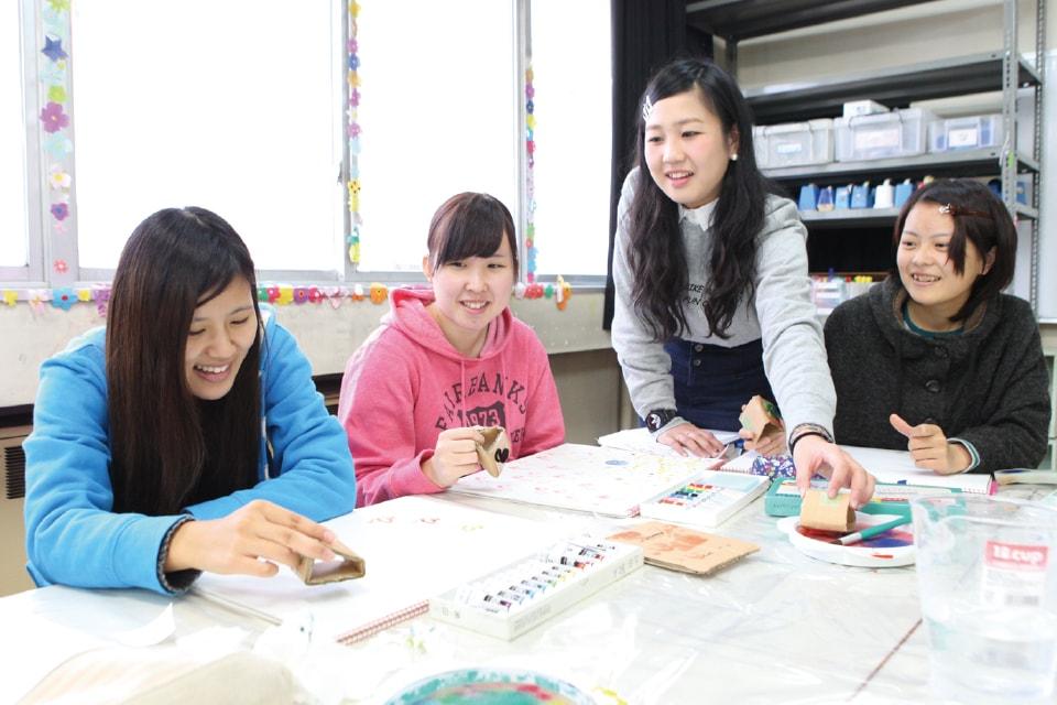 写真:女子学生4人が和気藹々と作業をしている。