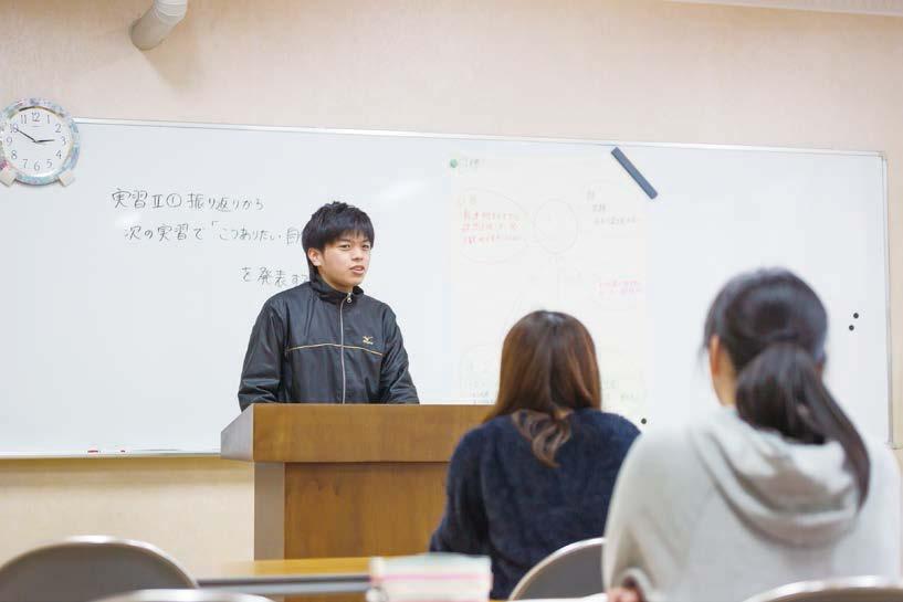 写真:介護総合演習。壇上で事例発表をする男子学生