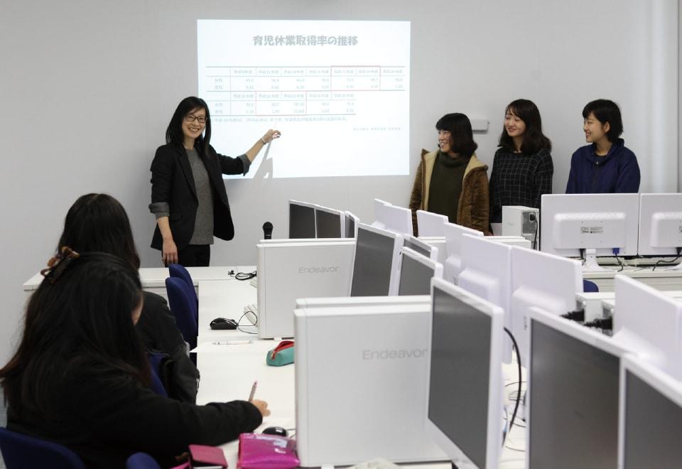 写真:発達心理学演習の授業を行う教員と、授業を受けている学生たち