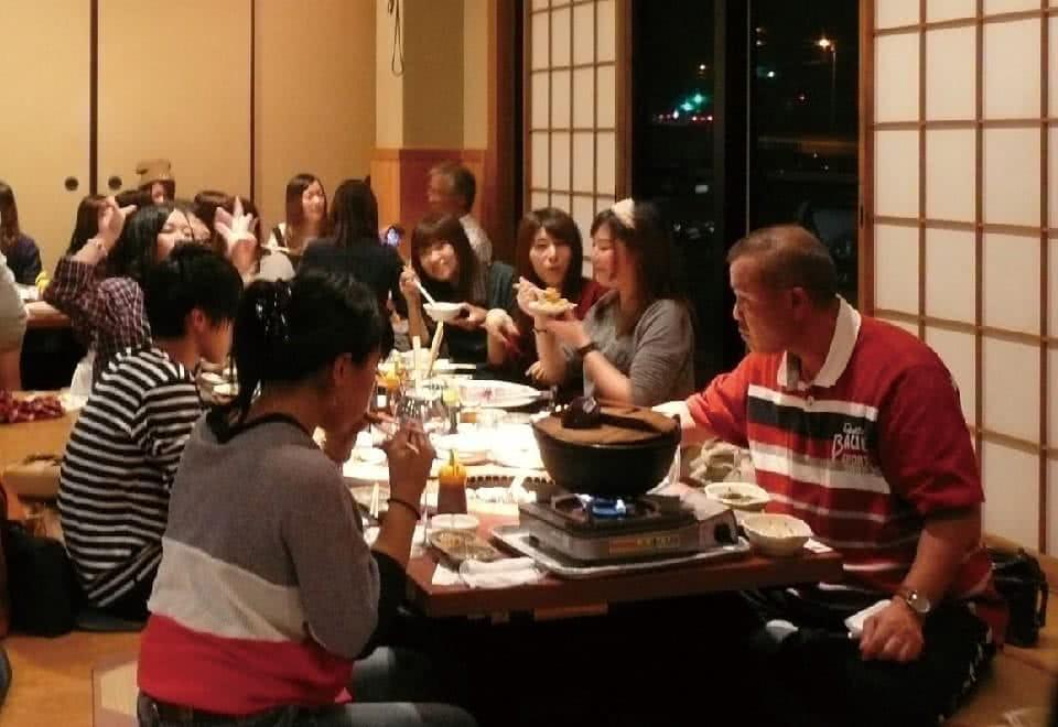写真:里帰りトーク。友たちや先生と旧交を深める会の様子