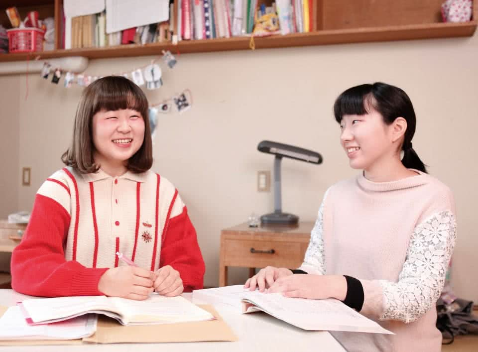 写真:寮で友達を勉強をするDさん