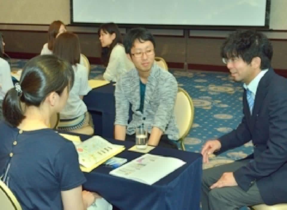 写真:地方会場出身の卒業生が参加する座談会の様子
