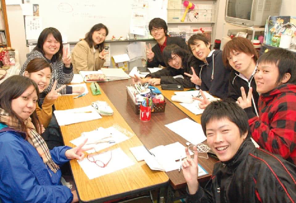 写真:研究室でピースサインをする笑顔の生徒たち