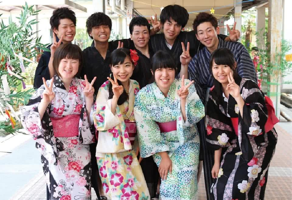 写真:みまさか七夕祭りで浴衣登校をする生徒たち