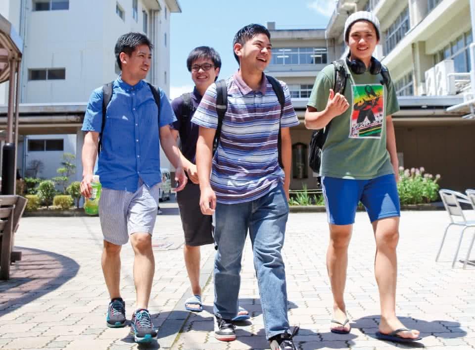 写真:キャンパスを楽しそうに歩く4人の男子生徒