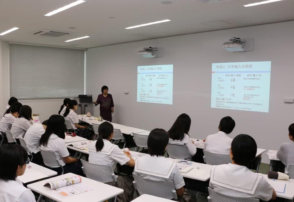 写真:セミナールームで講義を受ける高校生たち