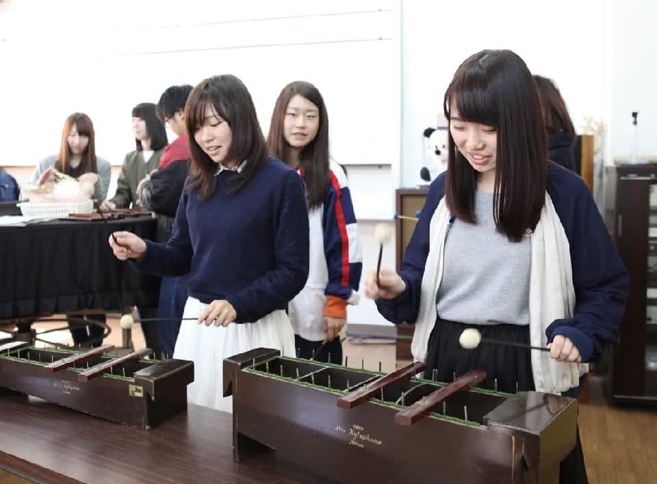 写真:楽器の演奏をする女性たち