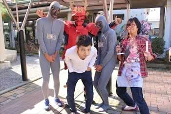 写真:全身タイツをはいている学生たち