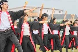 写真:よさこい踊りをする様子