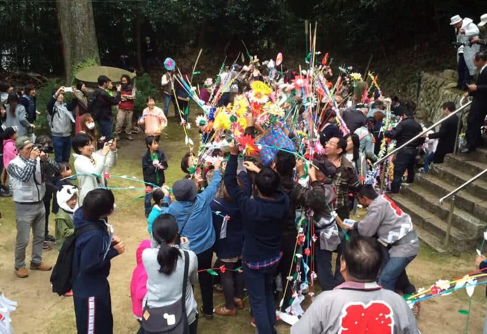 写真:一緒に地域のお祭に参加する地域住民の皆様と学生たち