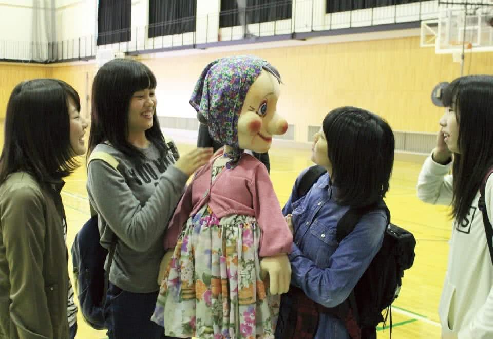 写真:幼児教育研究会。4人の女性と人形劇で使う人形