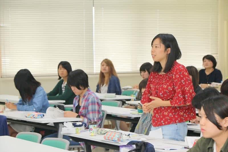 写真:講師に質問をする学生