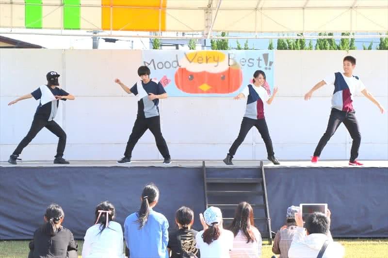 写真:ダンスをする様子