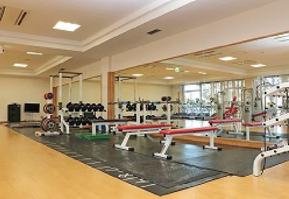 写真:様々なトレーニングマシンが並ぶトレーニングルーム