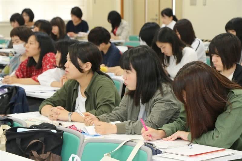 写真:講師の話を真剣に聞く2名の女子学生