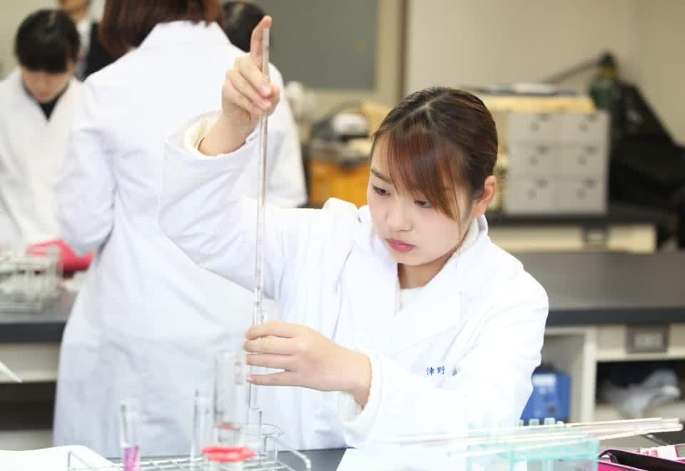 写真:女子学生が実験をしている様子