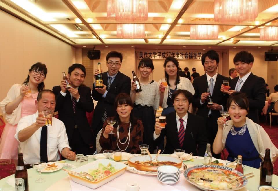 写真:謝恩会で料理を前にした教師と生徒たち。