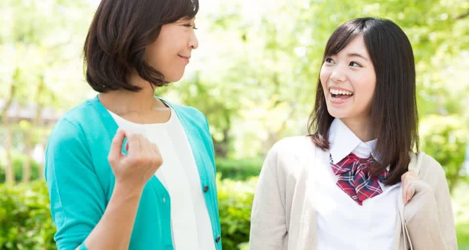 写真:女子高生とその母親