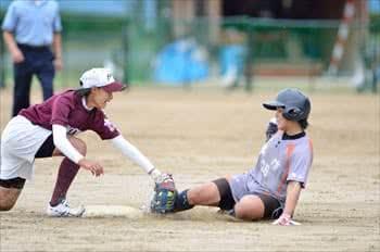 写真:ベースに滑り込む美作大学の選手