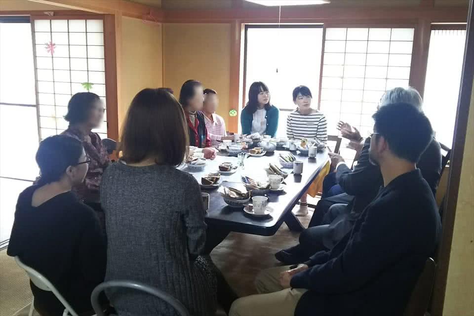 写真:支縁の居間でお菓子を食べながら語り合う学生と地域の方