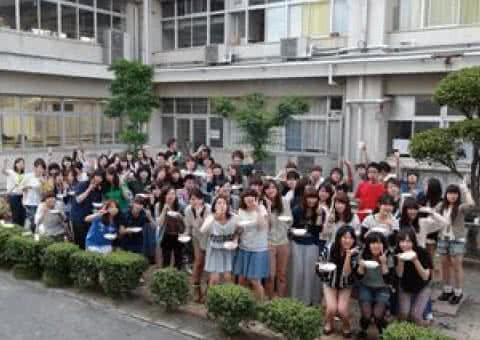 写真:校舎の前に集合して写真に収まる島根県人会のメンバーたち