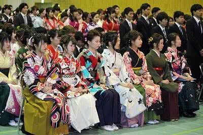 写真:座席に座る卒業生たち。