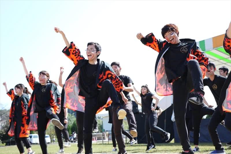 写真:ステージでうらじゃを踊る学生