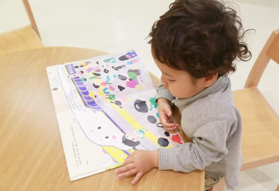 写真:子供が絵本を読んでいる様子