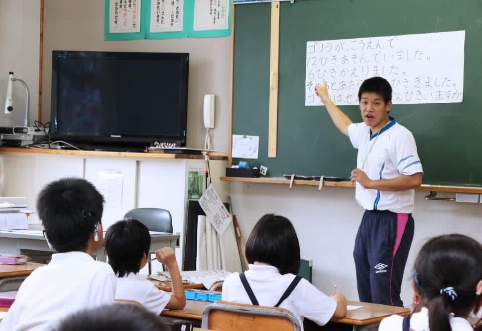 写真:小学校で教壇に立つ学生