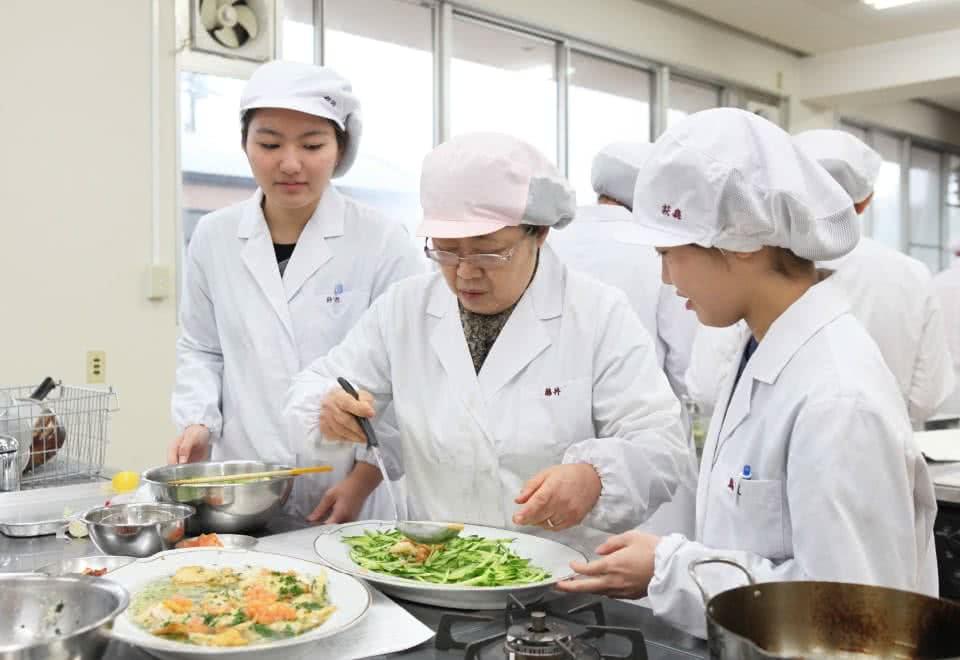 写真:調理実習をして料理を盛り合わせている様子