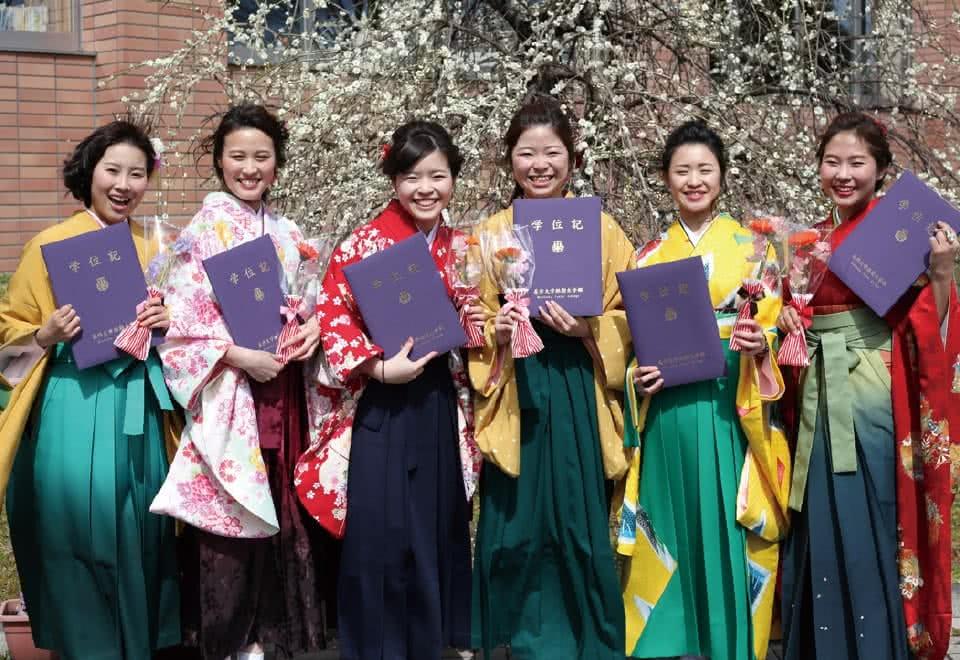 写真:卒業式で卒業証書を手に持つ袴姿の女子生徒たち