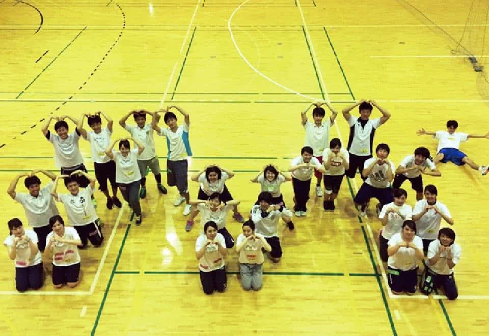 写真:児童運動教室で指導する学生たち