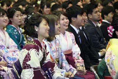 写真:座席に座って笑う卒業生たち