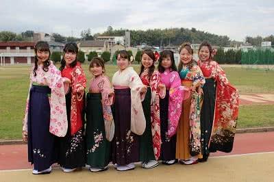 写真:袴姿で並んでポーズをとる8名の卒業生