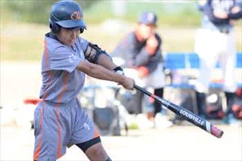写真:バットでボールを打った1名の選手