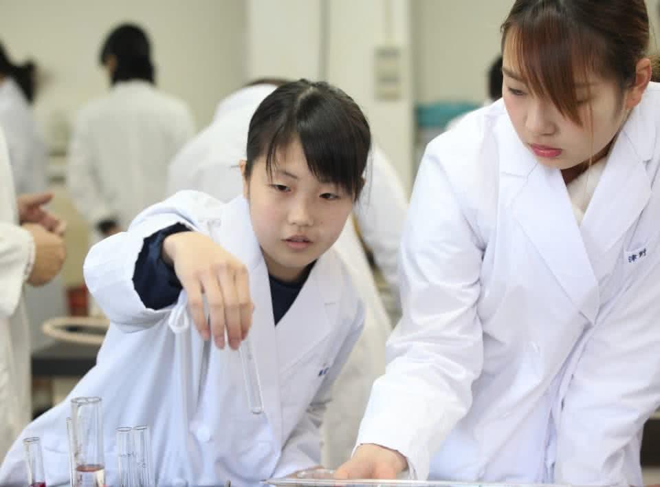 写真:女子学生が試験管を持っている。実験・実習の様子