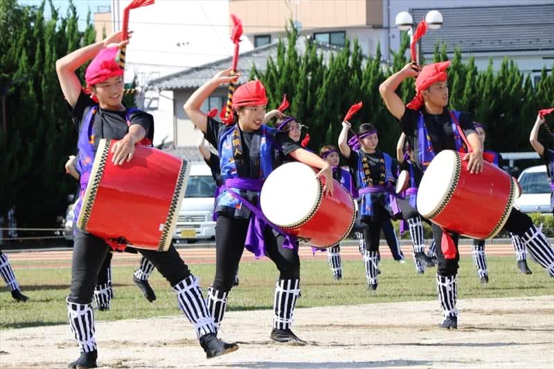 写真:沖縄県人会がエイサーを踊る様子