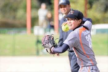 写真:ボールを投げようとする1名の選手