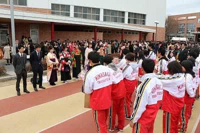 写真:向かい合って並ぶ陸上競技部の卒業生と在学生。