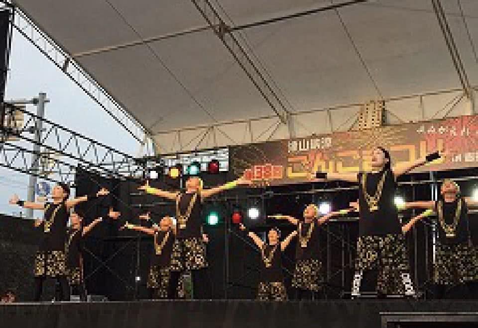 写真:津山ごんご祭りのステージで踊る小学生たち