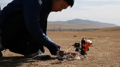 モンゴルの大草原でミマッパロケットの発射準備
