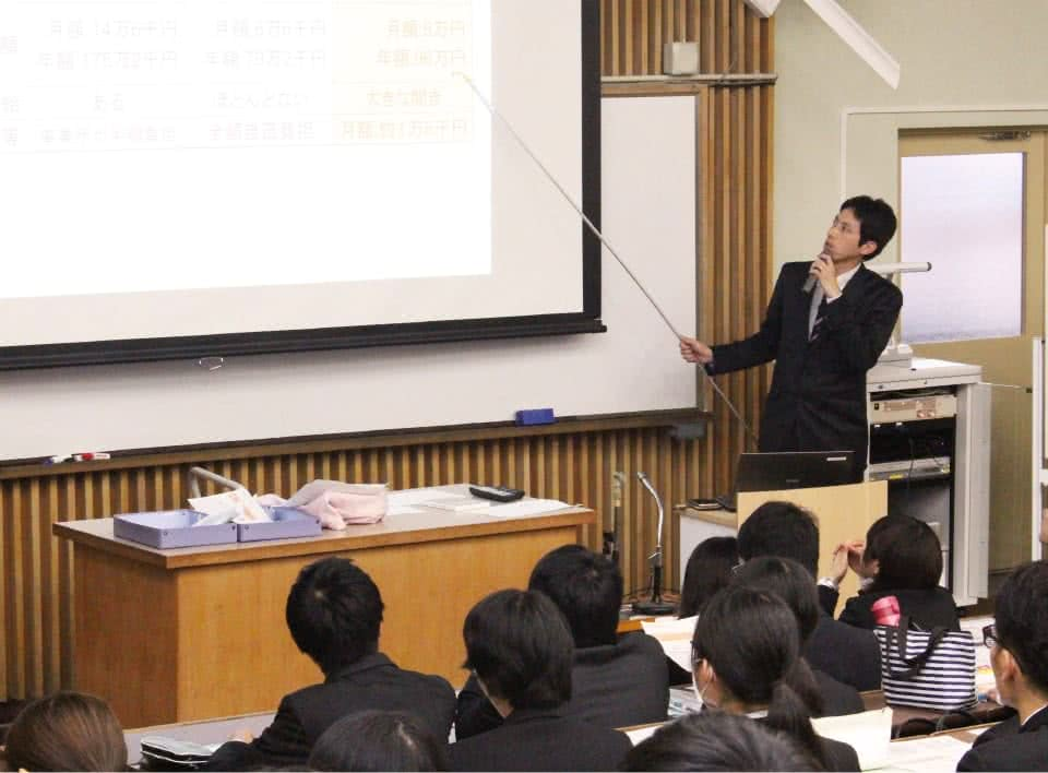 写真:採用試験対策説明会で学生にレクチャーする就職支援室職員