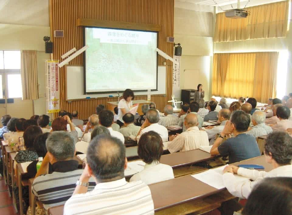 写真:地域生活科学研究所の活動の一環として、学習を受ける地域の人々。