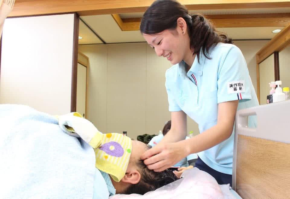 写真:実習施設にて介護をしている様子