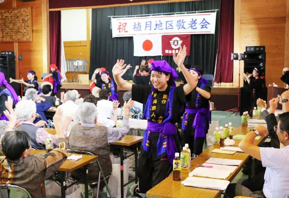 写真:地域の敬老会にて、エイサーを披露する沖縄県人会