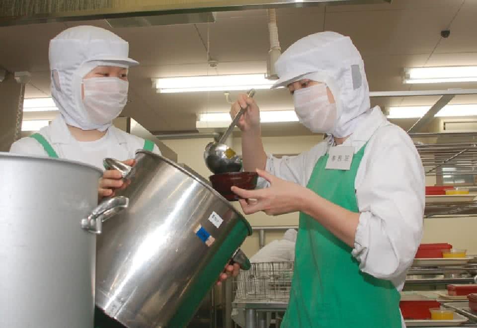 写真:給食管理実習で給食の提供を模擬体験している様子