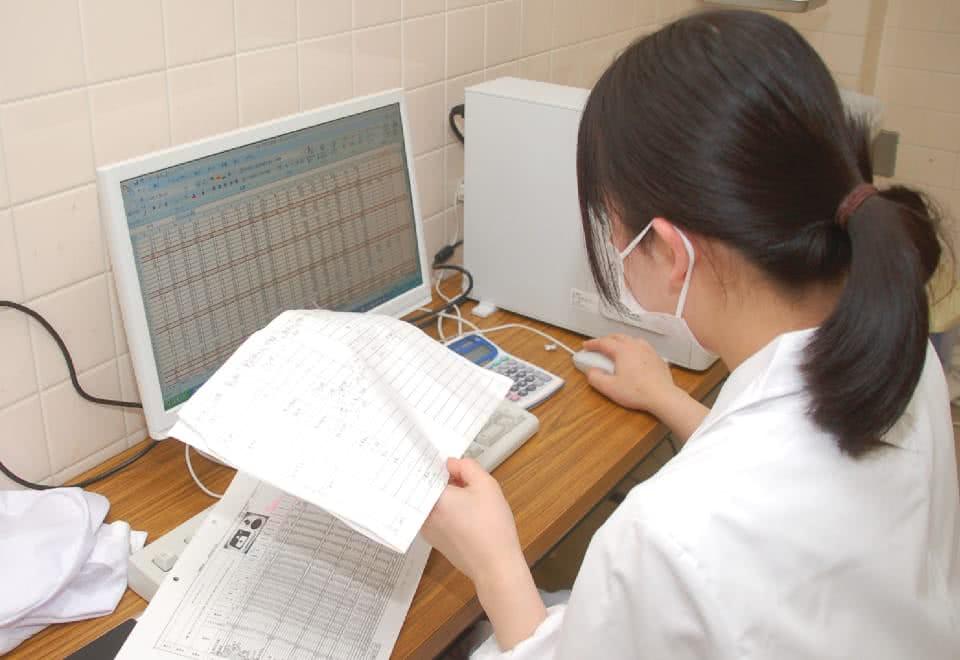 写真:パソコンに向かって表計算ソフトを操作する女性
