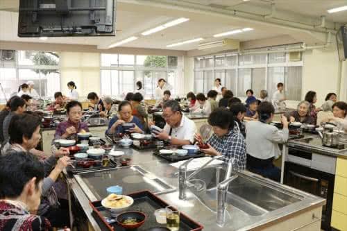 写真:大勢の地域の方が食事をする様子