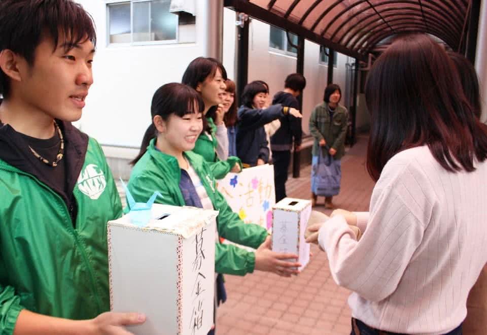 写真:学内で募金活動を行うボランティアセンターの学生たち
