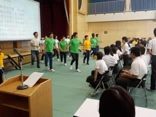 写真:ダンスを踊る大勢の学生